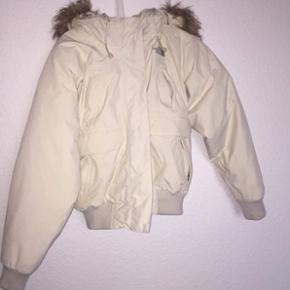 Utrolig varm jakke fra north face Jeg har haft den med på skiferie hvor jeg brugte den 2 gange, men er nu vokset fra den Jakken er i cond 10/10 og fejler virkelig intet Np 3100kr og mp er omkring 900kr