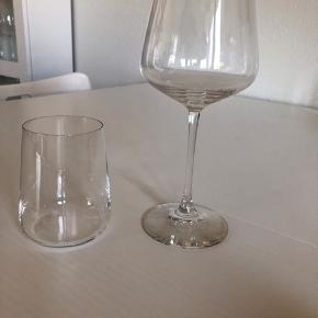 8 tumblere (vandglas).  Vandglassene har været i brug ganske få gange og fremstår pæne.  Nypris for 8 stk. kr. 640,-  Fin ny og ubrugt decanter af mærket Spigelau haves.  Nypris kr. 350,-  Jeg sælger desuden 6 Rødvinsglas. Se gerne separate annoncer.   Ved køb af det hele samlet er prisen 675,-  Skal helst afhentes i Odense.  Bytter ikke.