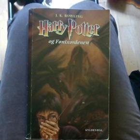 Harry Potter bog.Den er i fin stand, bare blevet brugt og lånt ud, så den er blevet slidt med årene.