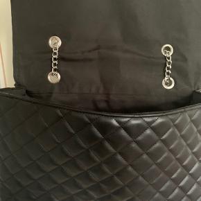 🤍🤍🤍TASKE🤍🤍🤍  Mega lækker og rumlig taske sælges.  Brugt 1 enkelt aften, FEJLER INTET!  BYYYD