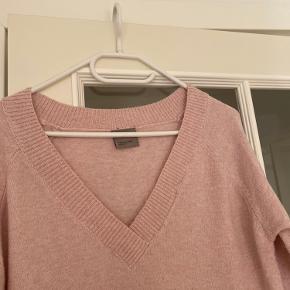 Dejlig blød sweater i en flot lyserød farve med en fin udskæring.  Størrelse S fra Vero Moda.  Fremstår som ny.  Kom med et bud. Mængderabat gives ved køb af flere dele.  Sender gerne på købers regning.