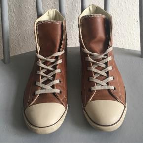 Helt ubrugte special edition Converse All Star Light Hi i brunt læder / skind.  Damemodel med tyndere sål gør skoen lettere og mindre klodset.  Nypris 899 kr. - udgået i Danmark.