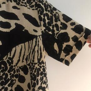 Mega fed vintage skjortebluse, i hør-agtigt materiale. Fitter de fleste basis størrelser, da den er fed som både tætsiddende og oversized