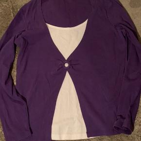 Mørk lilla bluse m/ påsyet hvid top under. Str:L Brugt et par gange, og pæn. Mærke : Departure  100% bomuld.