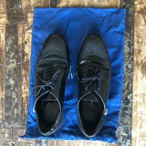 Jeg sælger mine AJ Armani Jeans sko. De er en form for herresko og super flotte til arbejde. De er lidt slidte, så derfor sælger jeg dem til kr. 100. Eller kom gerne med et bud!