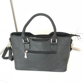 Lækker taske helt ny aldrig brugt. Mål L 33 cm H 23 cm B 12 cm. Ikke ægte læder. Kan se grå ud på billed men er sort.