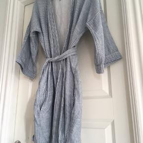Den lækre badekåbe fra Aiayu i str. M/L, men svarer mest til en M. Bytter ikke.