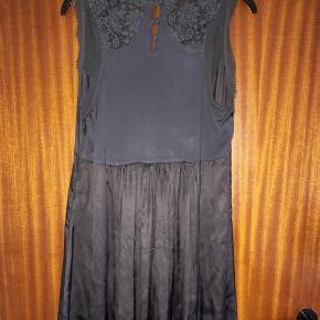 Day Birger et Mikkelsen grå blank kjole str 42. Viscose og silke. Se foto. Brystvidde 2x50 cm og længde 101 cm
