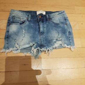 Shorts. Billede 1 er M/L lyseblå fra PIECES og billede 2 er str. 36 fra Vero Moda sorte shorts med huller