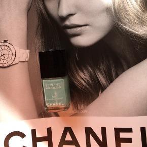 "Fin farve fra Chanel : 527 Nouvelle Vague Kanten går et stykke over teksten ""Les Vernis"" , så den er næsten helt fyldt. Toplåg medfølger, men æsken følger ikke med.   Se også alle mine andre annoncer!   Søgeord: Chanel neglelak neglelakke nail polish les vernis blå turkis"