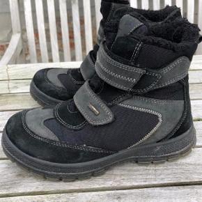 Primigi vinterstøvle i sort. Oprindelig købspris: 700 kr. Super lækre vinterstøvler fra Primig. Kun brugt i en halv sæson og fejler ikke andet end brugsspor. ikke noget slid overhovedet. Pris: 75 kr. pp
