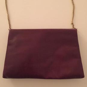 Varetype: Taske Størrelse: 28x18 Farve: Bordeaux guld  Velholdt vintage taske som har en del år på bagen. Lidt ridser på læderet og lidt slid i hjørnerne - se billeder. Kvittering herunder nypris haves ikke. Kan bæres cross body og fra taske til øverste rem er der 46 cm.