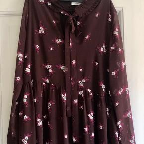 Kjole fra minimum med smukke detaljer. Brugt en gang og vasket en gang. Ingen slid eller brugsspor