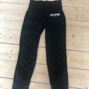 Rapid Wear 3/7 leggings i sort. Med flot detalje op ad benene. Kun brugt og vasket et par enkelte gange.