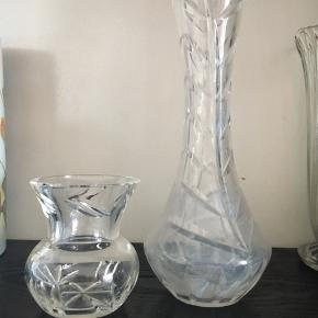 Lille tung glasvase til små forårsblomster til 25 kr. Flot stand.  Smal mellemvase i glas (tung) til 25 kr. Måske den kan rengøres - jeg ved ikke nok om det.  Skal hentes ved Viby Torv.  Jeg giver mængderabat.