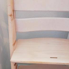 Trip trap stol uden bøjle i lys træ. Har brugsskrammer efter at være blevet brugt se de to sidste billeder, men har rigtig mange gode timer endnu. 😁 😁 😁