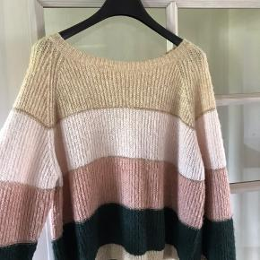 Stribet pullover sweater fra Only.  Striberne består af mørkegrøn, to Rosa nuancer og en creme/beige. Efter hver stribe er der en fin Guldsnor der skiller farverne.