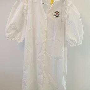 Moncler kjole i str. Xs - vil mene at den også kan passes af en str. S. I butikkerne nu til ca. 3650 DKK.