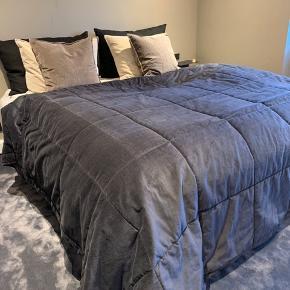 Måler 260 x 260 cm tykt velour. Mørkegrå sengetæppe