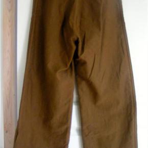 #30dayssellout Brand: CARON CALLAHAN - YDERLIGERE NEDSAT Varetype: bukser - 100% BOMULD - STR 4 (S) - NYE Farve: COGNAC Oprindelig købspris: 2200 kr.   nye bukser fra Caron Callahan USA - sælges NU YDERLIGERE NEDSAT for 500  kr  Jeg har også et par nøjagtig magen til - men brugt få gange - sælges for 300 kr