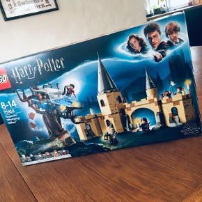 LEGO Harry Potter 75953 Hogwarts™-Slagpoplen   Sættet er komplet med manualer, kasse og samtlige brikker (har været åbnet og samlet en enkelt gang)   Hjælp Harry og Ron med komme til Hogwarts™ i dette LEGO® Harry Potter™-sæt Hogwarts-slagpoplen, fra filmen Harry Potter og Hemmelighedernes Kammer! Flyv med den forheksede Ford Anglia ind i slagpoplens roterende grene, og hjælp så de unge troldmænd med at flygte. De skal nemlig mødes med Hermione på Hogwarts. I dette sæt får du sovesal, eliksir-klasseværelse, professor Snapes kontor og et ugleri. Dette fantastiske Harry Potter-byggesæt indeholder 6 minifigurer og en uglen Hedvig figur.  Indeholder: -Slagpoplen, en flyvende Ford Anglia og en del af Hogwarts™som skal bygges. -6 minifigurer: Harry Potter™, Ron Weasley™, Hermione Granger™, Seamus Finnigan, Argus Filch og Severus Snape™, samt figur af uglen Hedvig. -Tilbehør: eliksirer, gryder, 2 kufferter, 5 tryllestave, stearinlys, lygte, Profettidende-avis og side med magiske besværgelser, kost, borde, stol, værktøj og 2 blækhuse med en fjerpen.