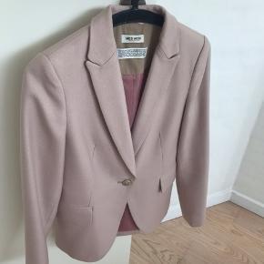 Flot blazer i en sart rosa farve. Ikke brugt meget - er renset en gang. Model Dolce blazer.
