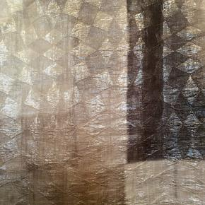 Fin lang top fra Marni i 65% silke og 35% linen (hør). Stoffet er transparent. En italiensk 42 , der konverterer til en dansk 38. Tjek gerne mål. Brystmål: 48 cm på tværs fra armhule til armhulebdvs 96 cm i omkreds. Længde: 73 cm fra nakken og ned. I flot stand uden huller, pletter, fnuller eller lign. Søgeord: grå top silke hør toppe linen silk Grey lang transparent gennemsigtig