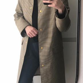 Frakke i flot silke-agtig kvalitet - 100% polyester  Aldrig brugt. Kan passe både str 32 og 34.