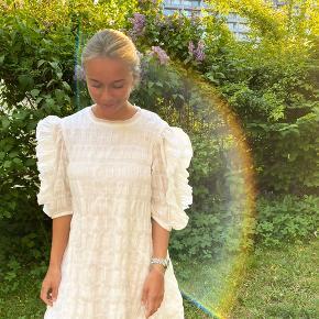 Sælger denne fine og populære kjole 🤍