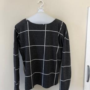 Lækker tyk bluse/ tynd sweater. Prisen er eks fragt (fragt Ca. 30kr)