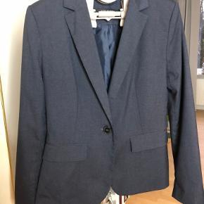 Fin blazer fra ZARA i grå/mørkeblå. Har matchende bukser i str. 36, som kan tilkøbes for 75 kr.