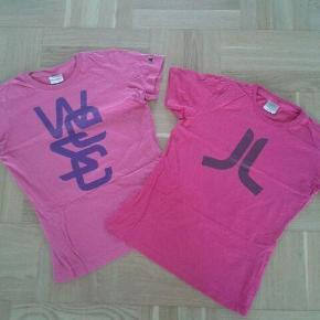Varetype: t-shirt Farve: Pink Oprindelig købspris: 275 kr.  Smarte korte t-shirts i rigtig god stand - kun brugt få gange.   I mørk pink (med brunt logo) og lys pink (med lilla logo).  Sælges for 85 kr. pr. stk. - købes begge SAMLET kan de fås for 140 kr.