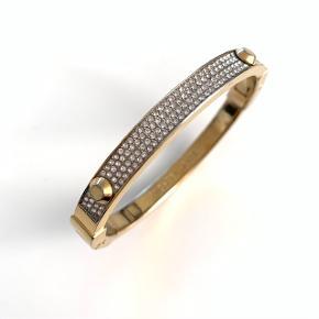 Smukt og elegant Michael Kors guld armbånd fyldt med de flotteste zirkoner. Måler 17 cm i dia.