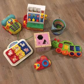 Sælger disse rigtig gode aktivitetslegetøj helst samlet. Kasseapparat, telefon med lyd, stabeltån, puslespil med lyd, kamara med lyd og orm med popup og puttekasse. Gode men brugte.