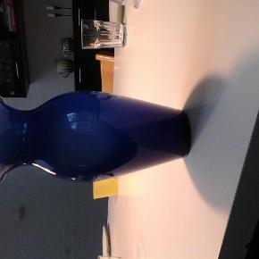 Varetype: vase Størrelse: 23 cm høj Farve: blå  Flot blå vase fra Holmegaard med lime inder. De er 23 cm høj og uden skår. Kom med et bud.
