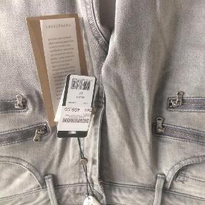 Varetype: Jeans Størrelse: 27 Farve: Lysgrå Oprindelig købspris: 500 kr. Prisen angivet er inklusiv forsendelse.  Helt nye jeans