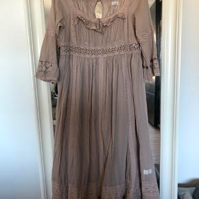 Smukkeste maxi kjole   Handler mobilpay og sender på købers regning med DAO Bytter ikke