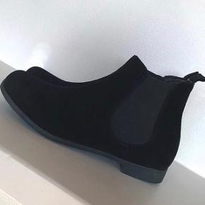 Ruskindsstøvler (ikke ægte), aldrig brugt og er helt som nye. Nypris var 350 kr, jeg sælger dem for 150 kr + fragten Jeg kan mødes i Thisted og Brønderslev, ellers sender jeg :)