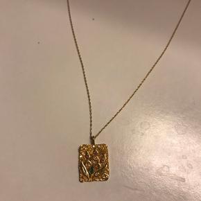 Amulet necklace forgyldt fra Maanesten, kæden er 55 cm. Sælges da jeg har rigtig mange smykker og ikke får den brugt. Den er brugt max 3 gange Prisen er fast og fragt kommer oveni