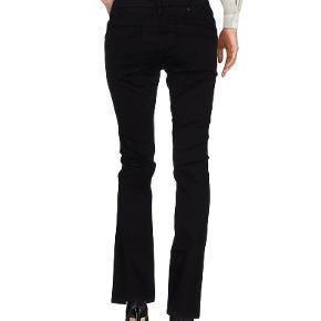Brand: Lerock Varetype: Jeans / bukser Størrelse: 29 (S/M) Farve: Sort Oprindelig købspris: 700 kr.  Lækre jeans/bukser, faste i stoffet. 98% bomuld, 2% elasthan. Svarer til str. S/M. Brugt to gange, så er som nye. Købt på yoox.com.