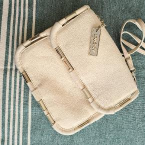 DKNY taske i beige læder. Har kun været brugt få gange. Har en smule mærker rundt i kanterne og lidt på foret, men kan næsten ikke ses (se billede). Original dustbag medfølger.  #GøhlerSellout