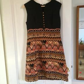 Flot retro kjole med dejlige, varme farver og fine detaljer.   Kan ses og afhentes på Frederiksbjerg.