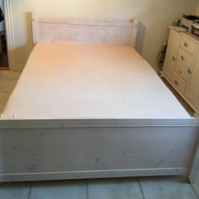 Fin 3/4 seng i solidt træ. Kun brugt et par år. Der er 2 sengeborde med. Der med følger en Tempur madras købt i IDEmøbler. Madrassen er knapt brugt 3 mdr. Den passer ikke rigtig til os. Ny prisen for madrassen alene var 12.000 kr.  Her er lidt mål:  Tempur madras. Længde 200. Bredde 140. Højde 210.  Seng. Længde 210. Bredde 148. Højde 480 inkl madras.  Sengebord. Højde 490. Længde 540. Bredde 420.