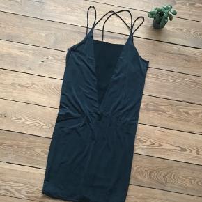 🙏🏼 ALT SKAL VÆK - SÆLGER BILLIGT 🙏🏼  👗 Super smuk kjole i lækkert materiale og med dyb udskæring i ryggen  👠 H&M 👚 Str. 36, men en str. 38 kan også passe den  👑 Standen er som ny   🔥Se også mine mange andre annoncer og følg mig gerne - der kommer løbende nyt🔥