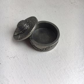 Super fint lille tin skrin. Ca. 3 cm i diameter.