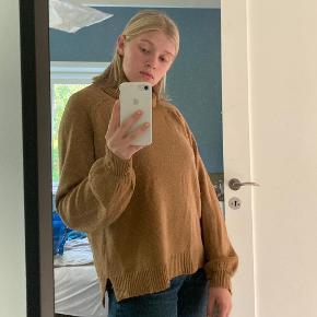 Brun vintage sweater med ballonærmer. Forholdsvist tynd, men i 50% uld.   Skriv for spørgsmål og tjek mine andre annoncer ud:)