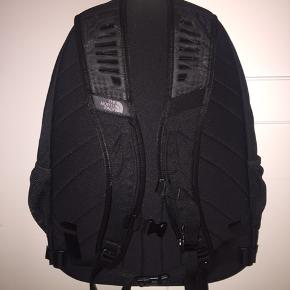Praktisk The North Face rygsæk med mange gode rum. Tasken er aldrig brugt. Vær obs. på reklame logoet sportmaster.