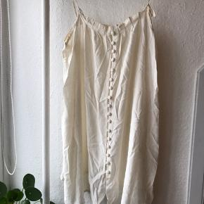 Kort kjole i farven creme i 100 % silke