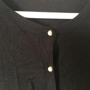Zara - cardigan Str. L Næsten som ny Farve: sort med perle knapper Mål: Brystvidde: 98 cm hele vejen rundt Længde: 60 cm Køber betaler Porto!  >ER ÅBEN FOR BUD<  •Se også mine andre annoncer•  BYTTER IKKE!