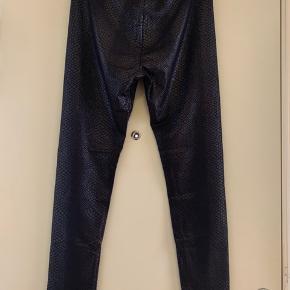 • H&M slangeskindsmønstrede lange leggings.  • 93% polyester. 7% elasthan.  • str. L. • nypris: 199kr. • ubrugt.  • skal hentes i København S.